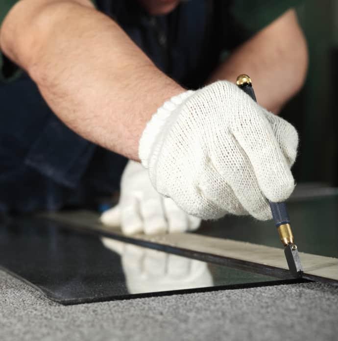 glas sbeing cut for a customer